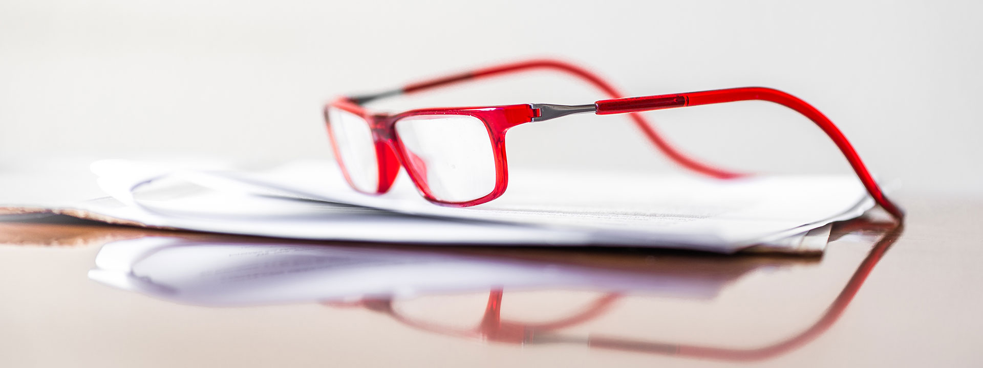 gabinete-de-la-orden-papers-glasses